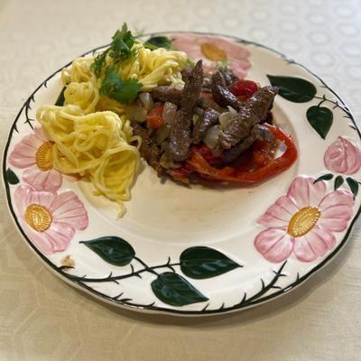 Говядина, тушенная с овощами в казане на огне. Пошаговый рецепт приготовления с фото