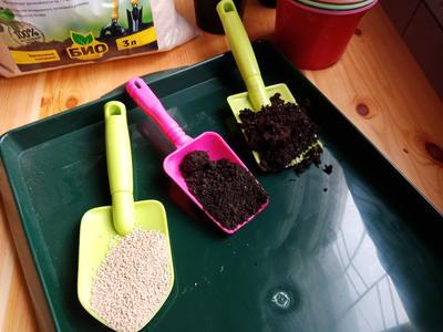 Торф, биогумус и разрыхлитель - три основные составные части самодельного грунта. Фото автора
