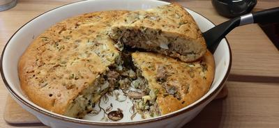 Заливной пирог с начинкой из зеленого лука, консервированной рыбы и вареного яйца - пошаговый рецепт приготовления с фото