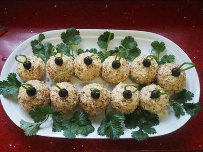 Закусочные шарики: салат из копченой курицы с ананасами, имбирем и сыром в ореховой панировке. Рецепт фото