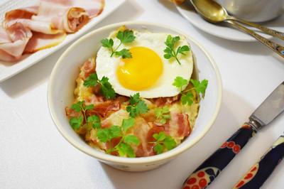 Горячий завтрак: овсяная каша с яйцом и беконом. Рецепт приготовления с пошаговыми фотографиями