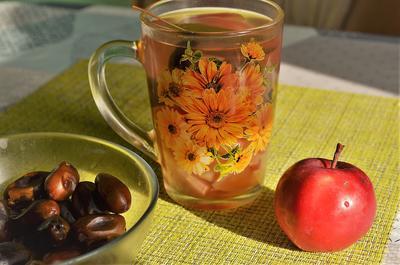 Тонизирующий напиток из яблок и фиников с медом. Рецепт с фотографиями