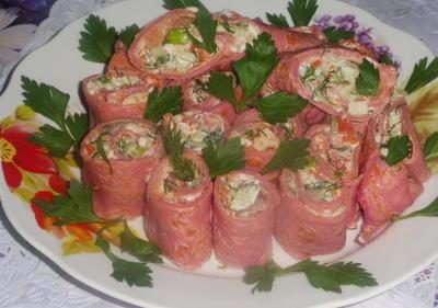 Закуска из свекольных блинов, фаршированных рыбой и овощами. Пошаговый рецепт с фото