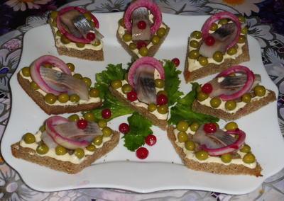 Закусочные бутерброды с селёдкой и зеленым горошком. Рецепт с пошаговыми фотографиями