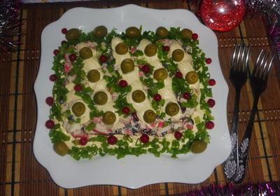 Салат с крабовыми палочками, красной фасолью и оливками. Всех с католическим Рождеством - пошаговый рецепт приготовления с фото