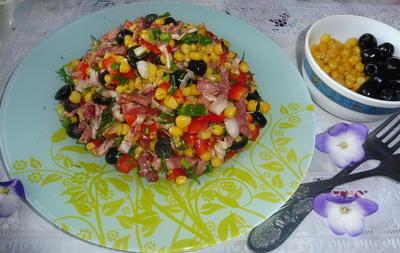 Салат с беконом, оливками и консервированной кукурузой. Пошаговый рецепт и фото