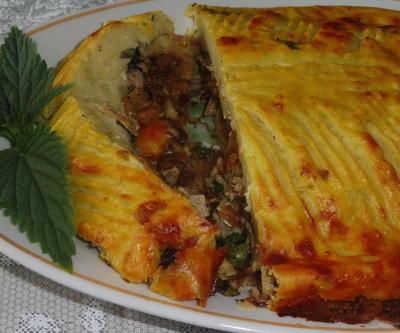 Лежень (картофельная запеканка) с капустой, мясом и крапивой