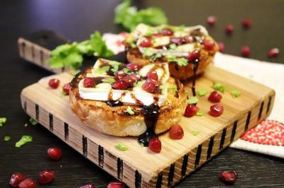 Горячие тосты с сыром бри и гранатовой глазурью - пошаговый рецепт приготовления с фото