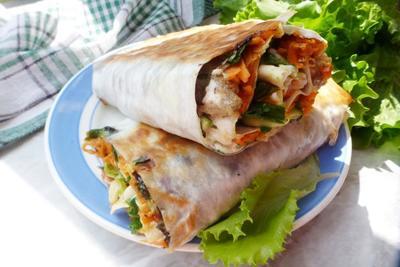 Рулет из лаваша с куриным мясом, острой морковью и зеленью - пошаговый рецепт приготовления с фото