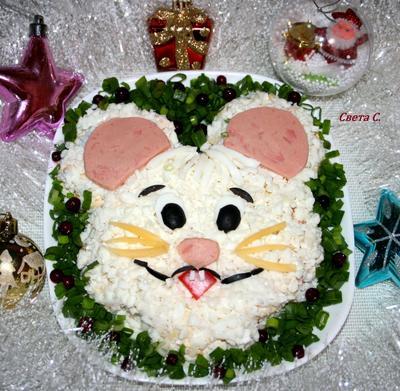 Салат с крабовыми палочками, кукурузой и яблоком в праздничном оформлении. Рецепт с фотографиями
