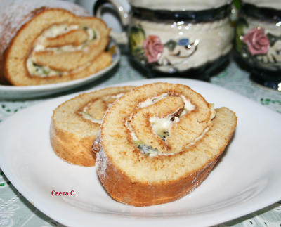 Медовый рулет со сметанным кремом и киви - пошаговый рецепт приготовления с фото
