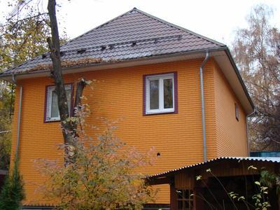 Дом, покрытый теплоизоляционной краской. Спустя несколько лет после нанесения, покрытие не потеряло декоративного эффекта и рабочих качеств. Фото автора