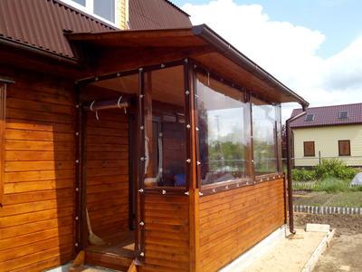 Пример мягких ПВХ окон на крыльце. Фото с сайта okna-dubna.ru