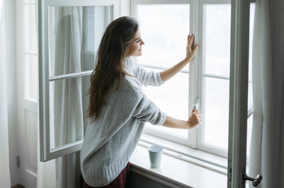 Если проблема в уплотнителе, его можно заменить новым. Тогда окна и дальше будут служить верой и правдой
