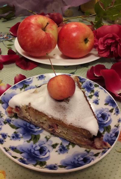 Шарлотка из ржаной муки с яблоками и крыжовником. Рецепт приготовления в сковородке фото