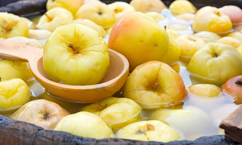 Как замочить яблоки с капустой на зиму