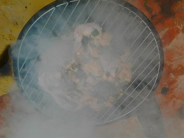 Вставляем решетку  с курицей в барбекюшницу