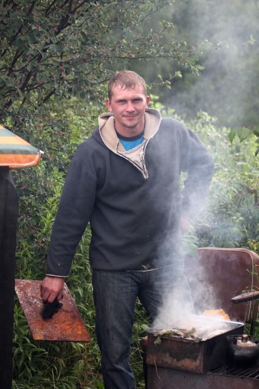 на даче мой муж готовит очередной кулинарный шедевр)))