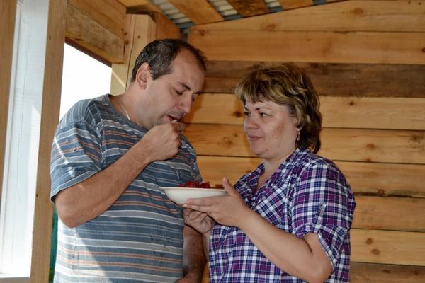 Папу -строителя подкармливают урожаем малинки :)
