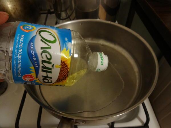наливаем на разогретую сковородку растительное масло