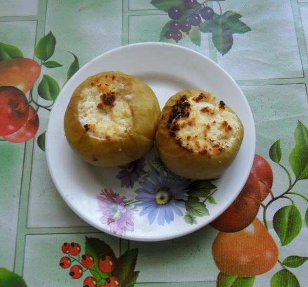 Яблоки с творогом запеченные
