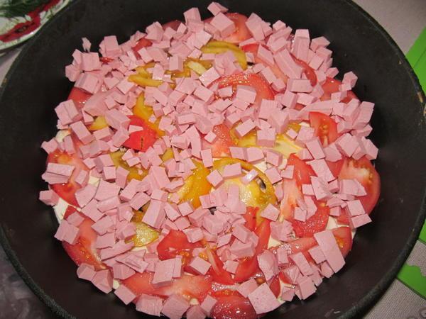 Колбаса на помидорах.