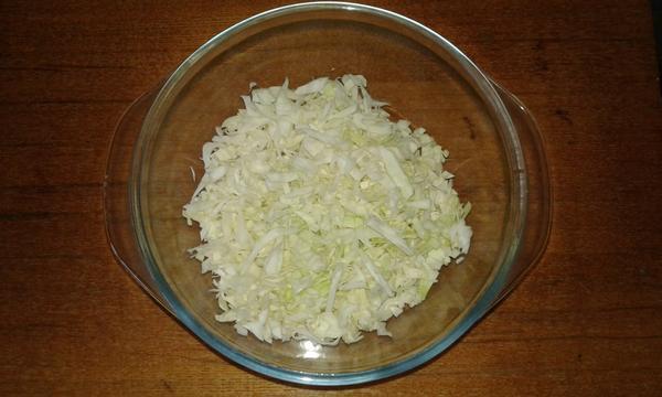 1/4 небольшого велка капусты мелко нашинковать и залить кипятком на несколько минут, затем слить всю воду. Это для того, чтобы оладьи получились более нежными.