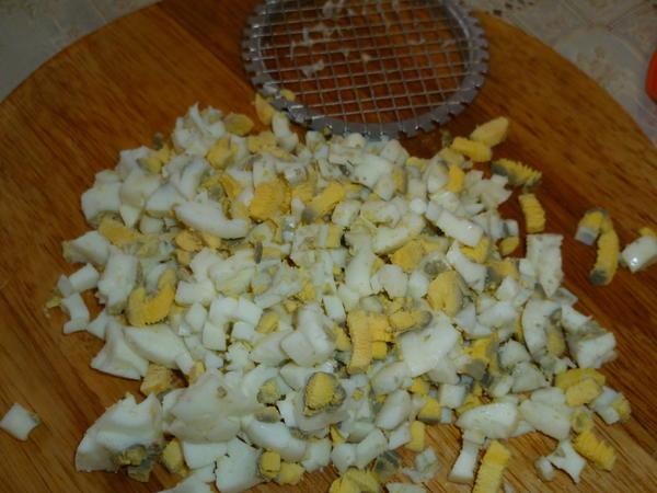 яйца порезать кубиками