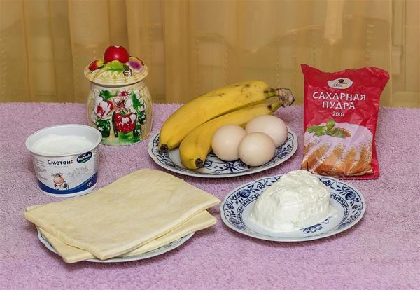 Понадобится: тесто слоеное дрожжевое-500г;                                                                                                                                                 для начинки:  творог 9%-200г;                                                                                                                                                                                                   сметана -1ст.л;                                                                                                                                                                                                    сахар -1ч.л;                                                                                                                                                                                                          бананы-2шт.                                                                                                                                                                               для суфле: белки-3шт;                                                                                                                                                                                                            сахарная пудра-3ст.л.