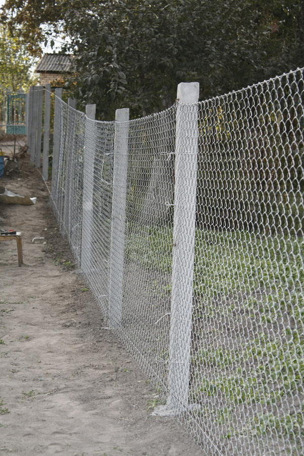 Забор из сетки Рабица на ж/б столбах