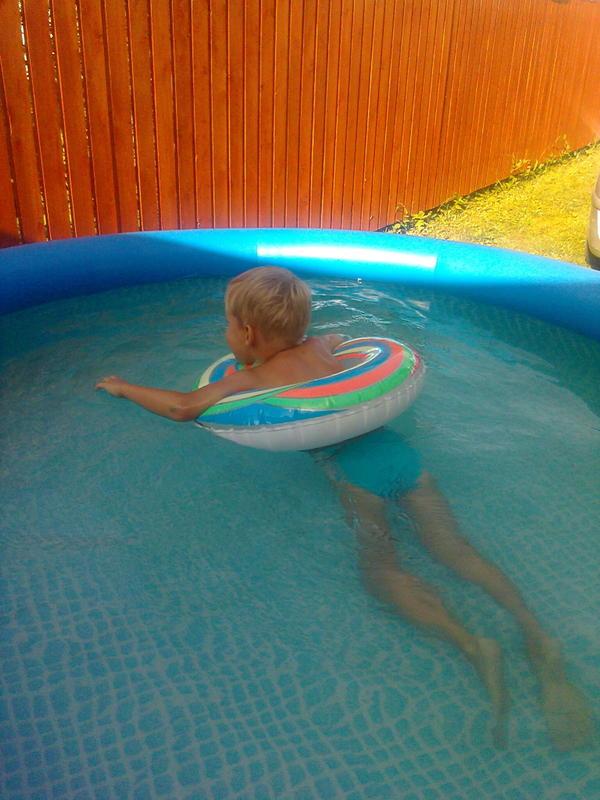 тот самый бассейн - внуку хватает