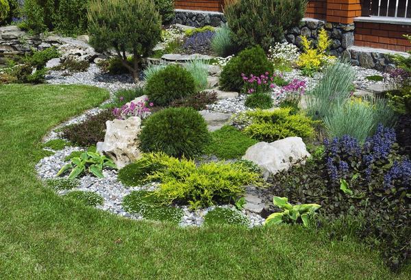 Сад камней, составленный из эффектных валунов и неприхотливых растений, - отличное антикризисное решение.