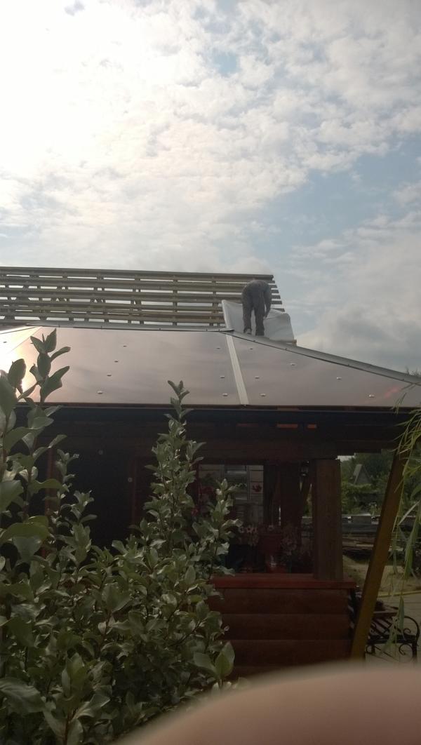 Это вид сбоку. Крыша сделана из поликарбоната коричневого цвета. Сразу говорю, внутри нет затемнения!