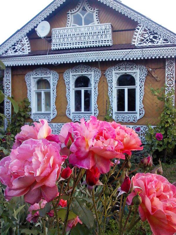 розы, резьба на доме