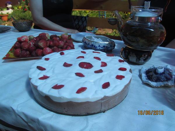 чай с тортом из садовой земляники
