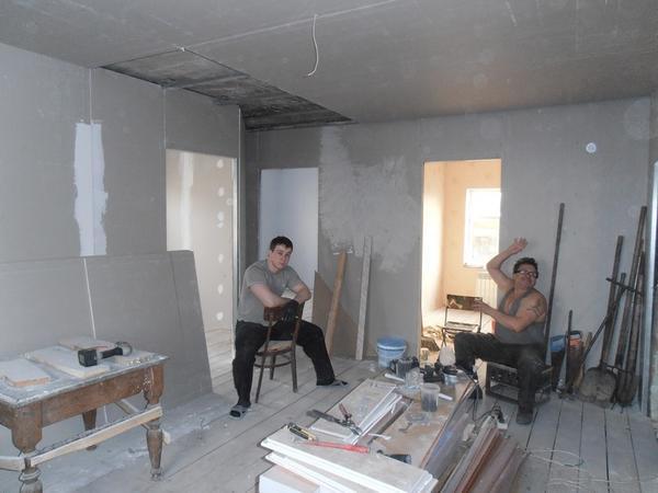Мужчины доделывают зал,а мы с дочерью занимаемся покраской потолков и оклейкой сте