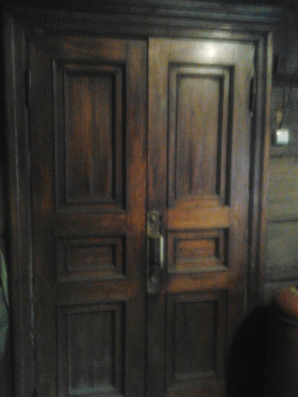 Дверь вот такая осталась от прежних хозяев, требуется небольшая реставрация