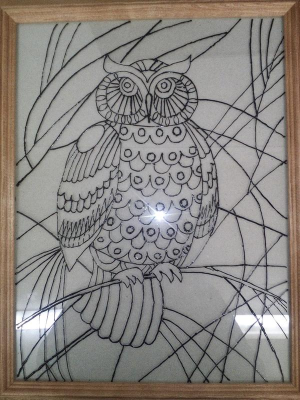 2) Вставляем рисунок в рамку со стеклом. Протираем стекло чистой тряпочкой. Наносим черный контур и обводим свой рисунок. После того как обвели даем контуру высохнуть 2 часа.