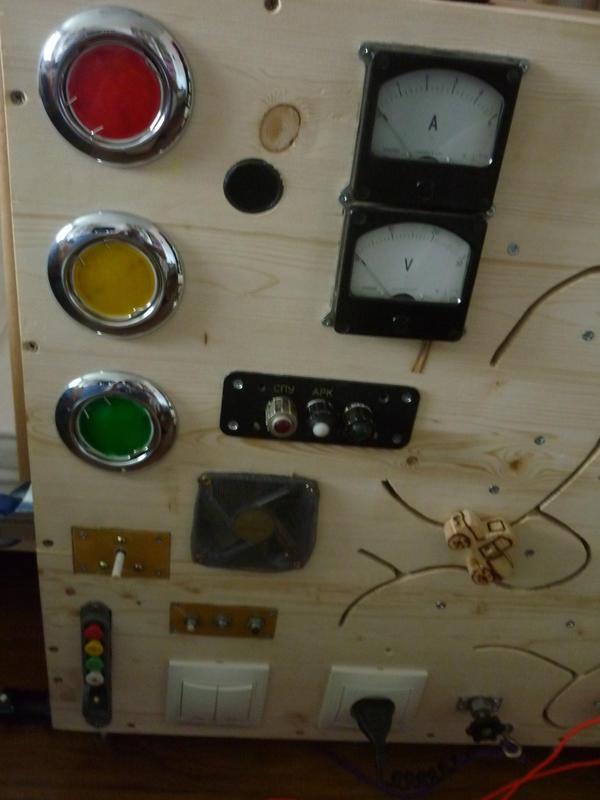Светофор рабочий для изучения правил дорожного движения. Кнопки в низу. Есть два вентилятора, при включении приборы показывают вольты и амперы, ниже контрольные лампочки. Также загораются.
