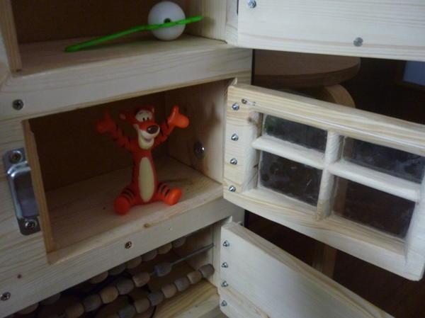 Шкафчики разные один выполнен виде окна. В шкафчиках есть свет, счеты.