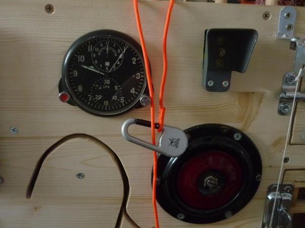 Часы для изучения времени, Сирена при нажатии кнопки срабатывает и загорается  две лампочки.