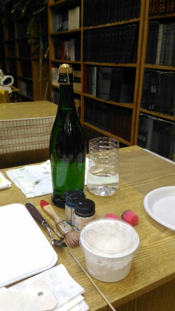 чистая бутылка с инструментами