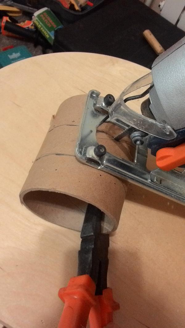 Удерживая проскогубцами втулку, распиливаем лобзиком