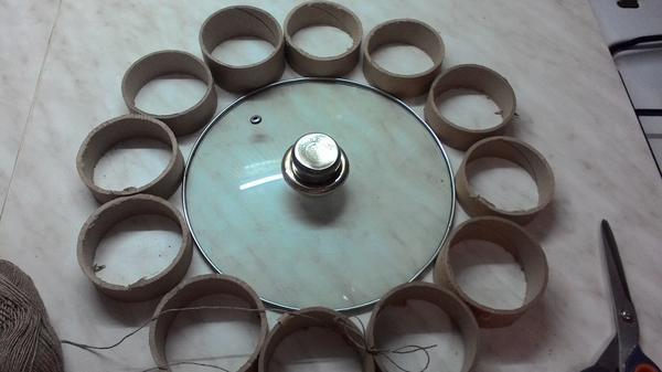 Далее выкладываем круг, я использовала для этого крышку от кастрюли.