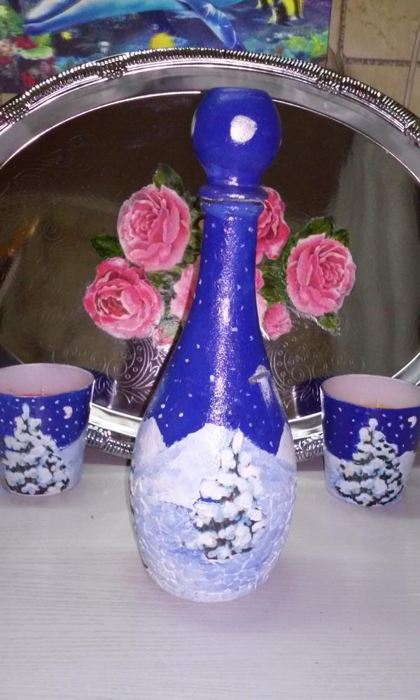 Бутылка с новогодним мотивом с другой  стороны и двумя подсвечниками в виде стаканов.