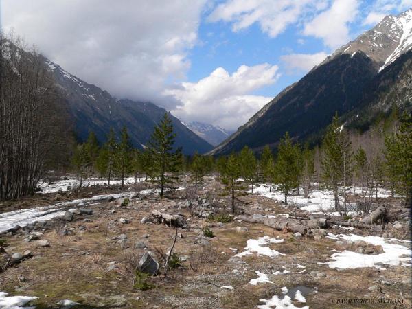 Зимний день с радостью от теплоты солнечных лучей в горах ущелья Аксаут