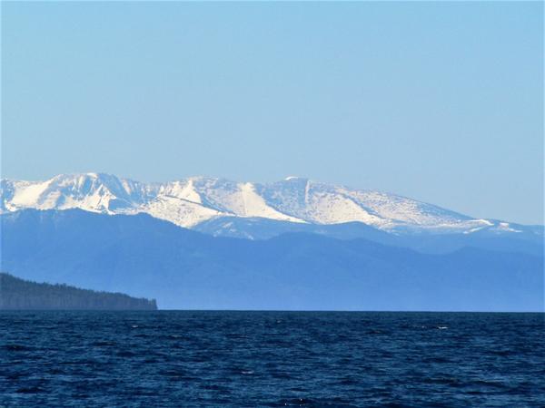 Такое далекое и такое близкое солнце снежных вершин Байкала, где голубизна неба, сливаясь с голубыми лесами и темной синей водой, превращается в сказку