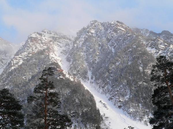 Горные вершины ущелья Аксаут, окутанные солнечном прозрачным покрывалом