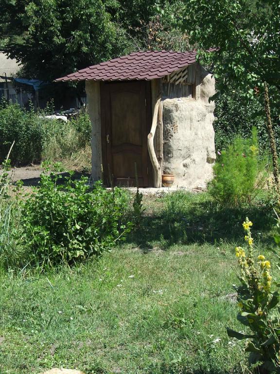 Временный уличный туалет сделали из соломенных тюков