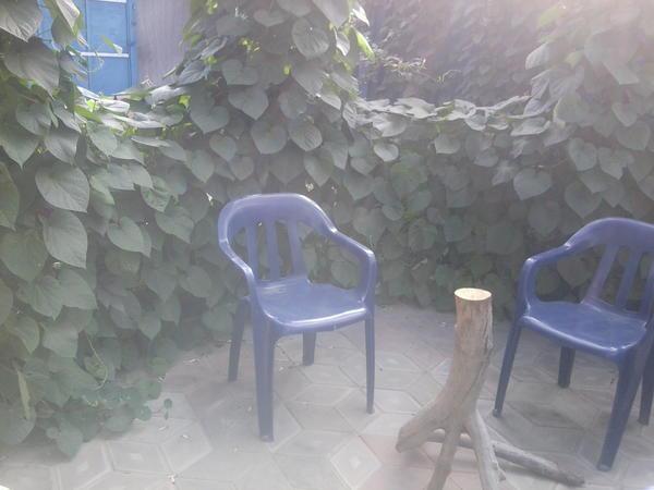 Крыши еще не было, ноб остов для столешницы и стулья.